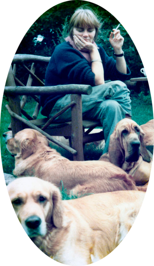 Kaffetår i haven i Fåborg – jeg har 5 hunde ved fødderne bl. a. Vesterlands Holly og blodhunden DKCH Vesterlands Lullubelle.